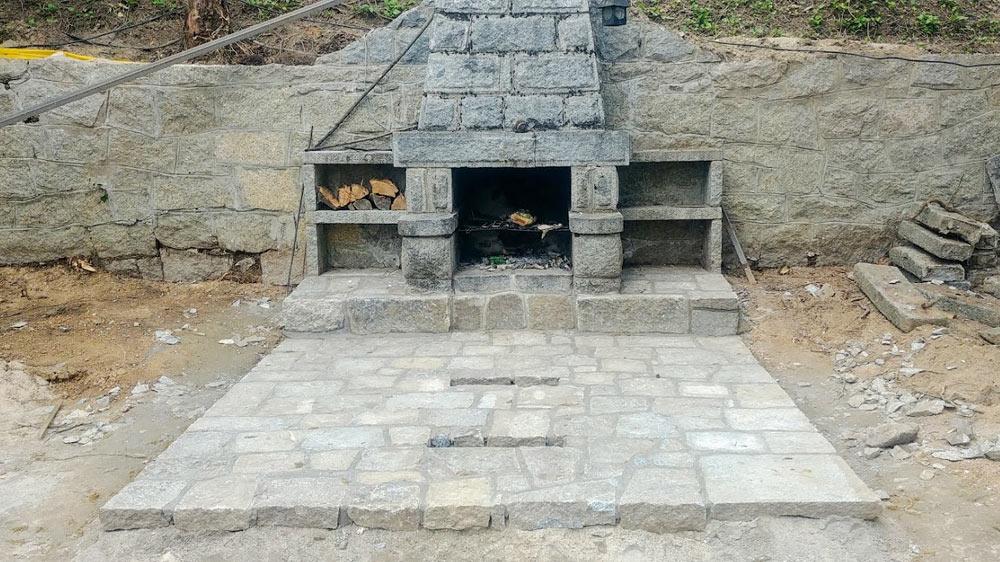 Barbacoa de mampostería, con suelo y mesa de granito