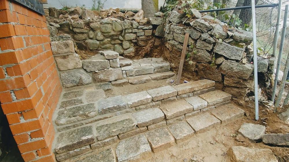 Escalera de mampostería con piedra de granito